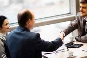 זוג מקבל ייעוץ להשוואה בין משכנתאות