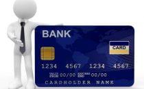 אדם מחזיק כרטיס אשראי