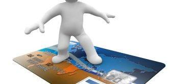 אדם מתעופף באמצעות כרטיס אשראי חוץ בנקאי