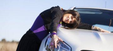 אישה ורכב שנרכש בעסקת ליסינג פרטי