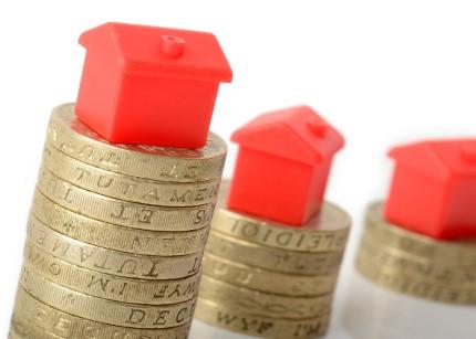 דגמים של בתים קטנים על מגדלי מטבעות כסף