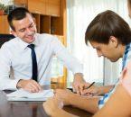 איש חותם על הלוואת גישור לרכישת דירה