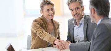 זוג חותם על הלוואה לגישור ע