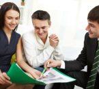 זוג יושב עם יועץ משכנתא ומקבל תדריך לבחירת מסלול משכנתא