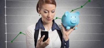 אישה מתלבטת לגבי איחוד הלוואות