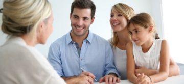 משפחה בפגישה עם יועץ פיננסי