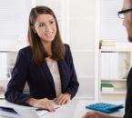 יועצת עסקית בפגישה על לקוח