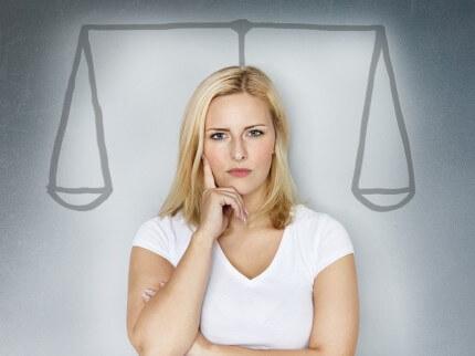 אישה מתלבטת בין משכנתא בנקאית לחוץ בנקאית