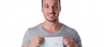 איש עסקים מאושר שקיבל הלוואה מקרן פילנתרופית