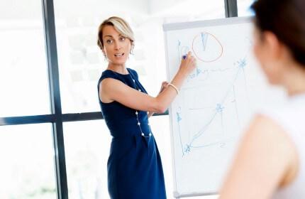 אשת עסקים בפגישה