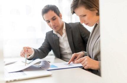 אנשי עסקים בפגישה עם הבנק בנוגע להלוואה להקמת חברה
