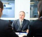 בעל עסק בפגישה בנוגע להלוואת סולו
