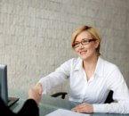 אישה מקבלת הלוואה מהבנק