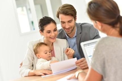 משפחה מקבלת הלוואה מחברת אשראי