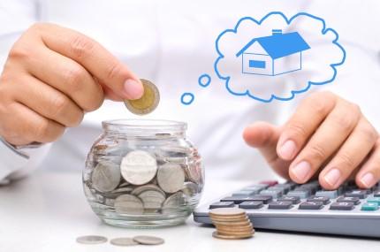 אדם חוסך כסף לקניית בית