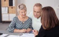 זוג מקבל הדרכה על רכישת דירה