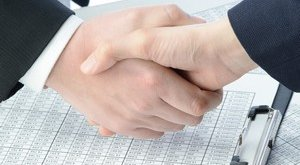אדם חותם על הלוואה ארוכת טווח