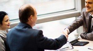 איש עסקים מקבל הלוואה לסחר חוץ