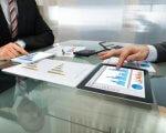 אנשי עסקים בפגישה בנוגע להלוואת גישור