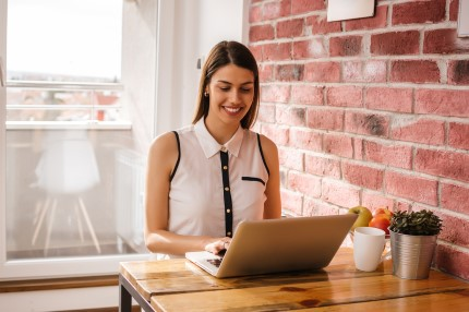 יזמית בודקת הלוואה לעסק שלה באינטרנט