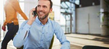 יזם בשיחת טלפון בנוגע להלוואה