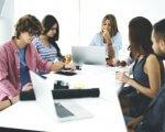 חברה צעירים בפגישה עסקית להקמת עסק חדש