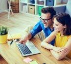 זוג מחפש אפשריות להלוואת אקספרס באינטרנט