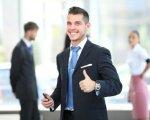 בעל עסק שמח אחרי פגישה בנוגע לתכנון אשראי עסקי