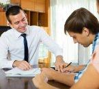 אדם חותם על הלוואה ללא בטחונות