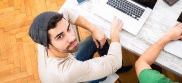 אדם מחפש הלוואה באינטרנט