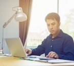עולה חדש יושב מול מחשב בנוגע לבקשה להלוואה לעסק