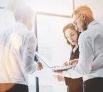 מנהלים בפגישה לעידוד תעסוקה בחברה