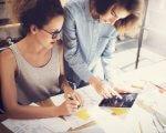 אשת עסקים בפגישה עם סוכנות לעסקים קטנים