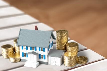 דגם של בית עם מטבעות