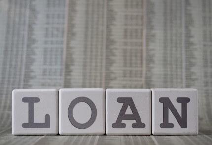 קוביות עם האותיות של המילה הלוואה לעסק