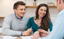 זוג חותם על הלוואה ללא בדיקה