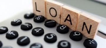 מחשבון עם קוביות עם האותיות של המילה הלוואה