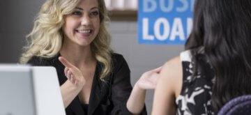 אישה, בעלת עסק שקיבלה הלוואה באמצעות האתר