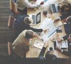 בעל עסק בפגישה עם חברה מקצועית בנוגע לקבלת הלוואה לעסק