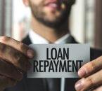 איש עסקים מחזיק פתק עם המילה החזר הלוואה