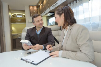 איש עסקים בפגישה בנוגע לגיוס אשראי בנקאי