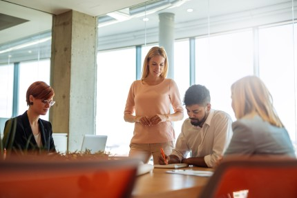 קבוצת רכישה בפגישה לצורך קבלת הלוואה