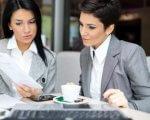 אשת עסקים בפגישה עם קרן הזנק של המדען הראשי