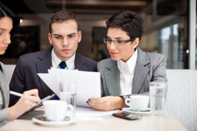 יועץ עסקי יושב בפגישה עם בעלי עסק