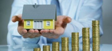 גרף עולה ממטבעות ואיש מחזיק בית