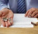 מפתח של בית בתוך כף יד