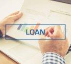 אדם מחזיק נתוני הלוואה