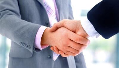 אנשים לוחצים ידיים