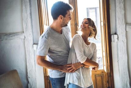 זוג צעיר בדירה ממחיר למשתכן