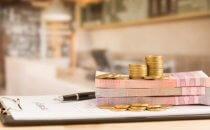 כסף של הלוואה מותאמת אישית מונח על טפסים
